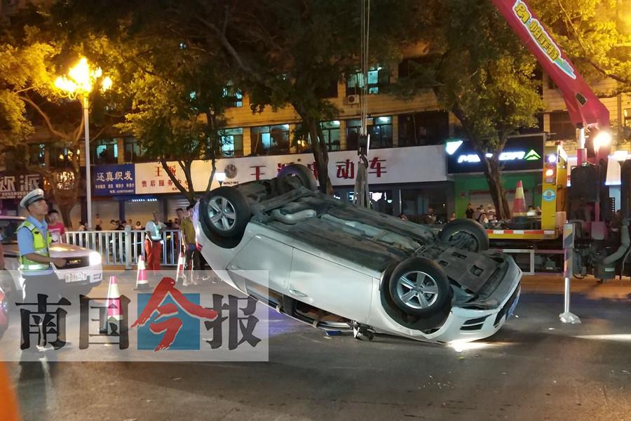 柳州闹区多车碰撞事故,轿车被撞