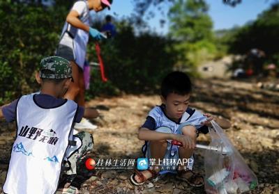 大家一起在花江两岸捡拾残留的白色垃圾。