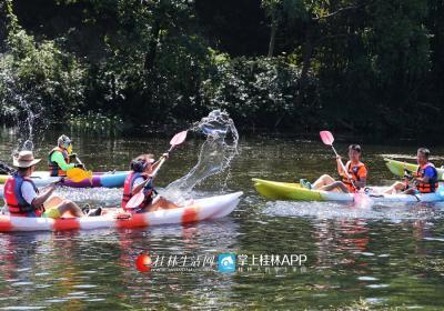 户外达人三妹带着户外的群友们在美丽的花江上划船,戏水。