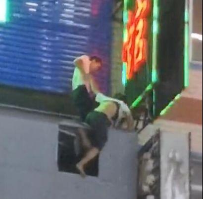 16歲少女從6樓跳下,被勾住懸在半空中