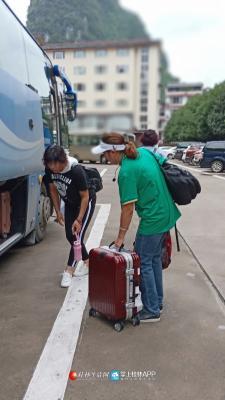 """清晨待客人吃过早餐之后,吕导帮客人们把行李整理好放到车上,她说:""""当导游不仅需要脾气好,体力好也是必要的。"""""""