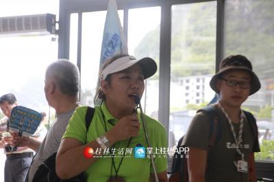 每到一处景点她都会给游客们讲解,有关于此处的风光和一些动人的故事。