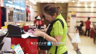 她给客人们领取入房的房卡,安排好每位旅客的房间,自己在签单。