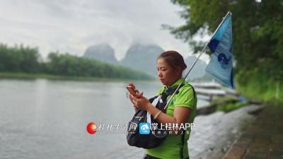 下船之后,还要两位游客在没有抵达岸边,吕导安排好其他的游客,自己在岸边守候游船靠岸。