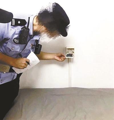 恐怖!情侣出租房床边插座内暗藏偷拍设备