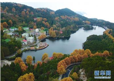 这是10月20日无人机拍摄的如琴湖。当日,位于江西省九江市庐山风景区内的如琴湖云雾缭绕,层林尽染,吸引众多游客前来观赏游玩。新华社记者 胡晨欢 摄