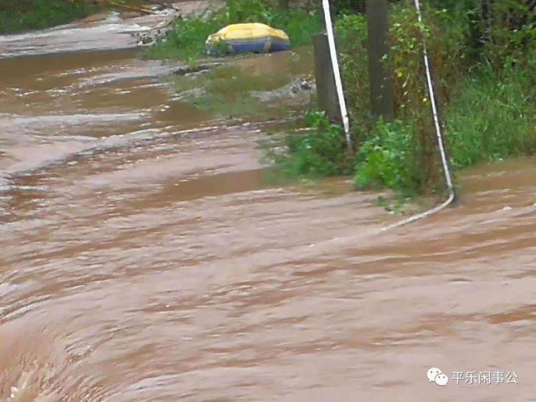 突发 桂林一知名景区突发大水,数艘皮艇被冲走,现场一片混乱