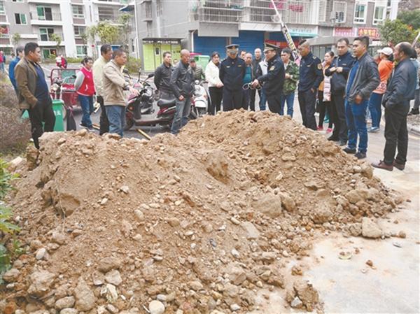 桂林:先清理堵路泥土 再协商后续事宜