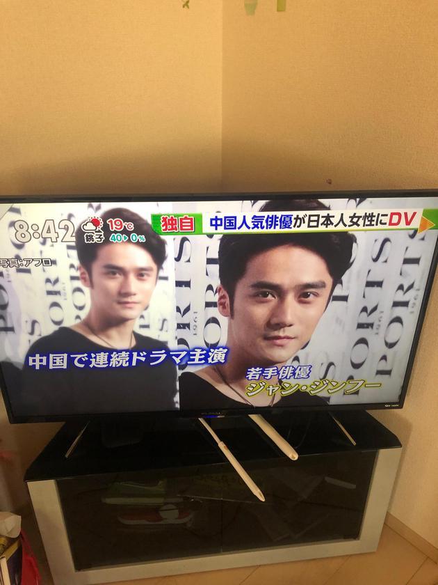 日本新闻报道蒋劲夫(图源:微博网友miumiu酷猫)