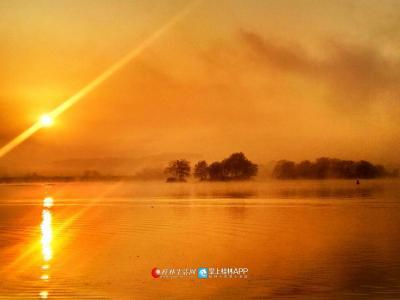 太阳冉冉升起给江面堵上一层金光(图片:全州盘摄)