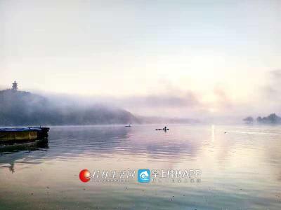 清晨薄雾弥漫,几只渔船泛舟江山别有风味(图片:全州盘摄)