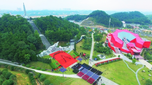 气势雄伟的兴安县红军长征突破湘江烈士纪念碑园。记者唐侃 摄