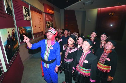 2016年10月18日,兴安县华江瑶族乡的过山瑶村民参观湘江战役纪念馆。记者唐艳兰 摄