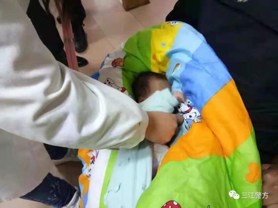 广西一病儿被弃楼梯口 民警喊话孩子父母