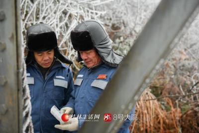 12月30日,新一轮强冷空气来袭,广西桂林资源县气温降至冰点,南方电网广西桂林供电局输电人员顶着严寒,对海拔1200米金紫山上的线路进行覆冰情况巡视,莫希涛摄