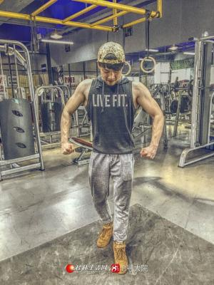 浑身的肌肉秀出来