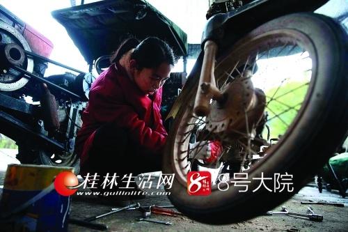 陈兰说,跟老公一起在家搞修理,挣钱的同时可以照顾家庭,值得。