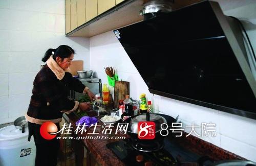 除了修理,陈兰还要做家务,但有时忙起来,下午二三点才能吃午餐。