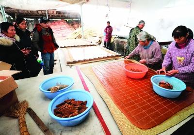 前来购买土榨红糖的村民等着打包。