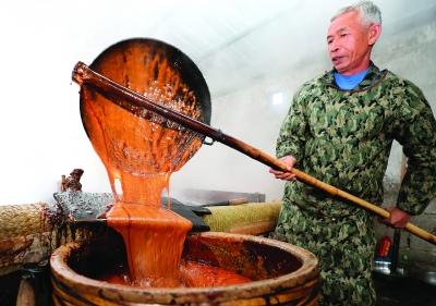 起糖,把熬得金黄透亮的糖水盛入大缸。