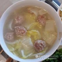 胃口不好,喝点椰青奶白菜肉丸汤