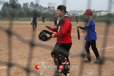 """""""看到孩子们能有场地打球,能有施展自己技术技能的地方我很开心,也希望通过自己的绵薄之力让广大朋友了解到棒垒球。""""黄杰说。"""