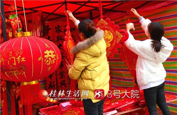 琳琅满目的商品和促销活动,营造了红火、喜庆、祥和的氛围,吸引了众多市民和游客。