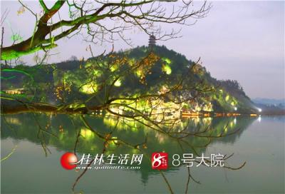2018年1月18日傍晚,广西全州县雷公岭上的雷公塔与山脚静静流淌的湘江河相映成趣,构成一幅美丽的夜景图。(供稿人:唐云军)
