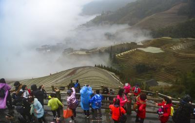 梯田和村寨在云雾中若隐若现,形成了一幅幅美丽的春天图景