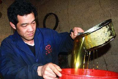 经过一系列工序,苏家茶油将走向市场。