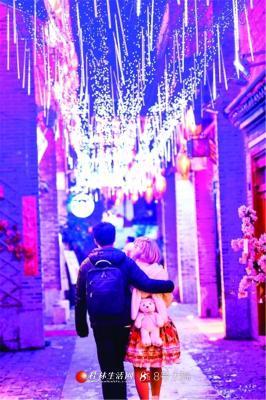 东巷里,情侣的背影。