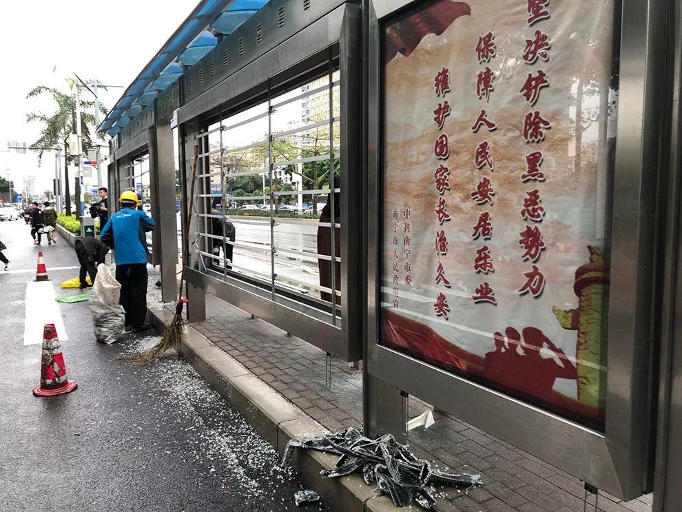 什么仇怨!一夜间多个公交站台被砸