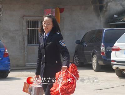 【10:20】李昕键副局长便与其他干警急忙把车内的宣传册拿出来。