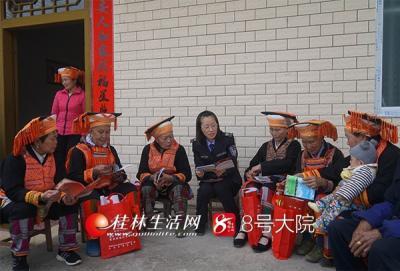 【12:00】李昕键副局长组织村民学习新修改的宪法。