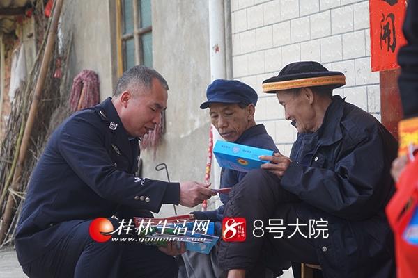 【12:00】其他干警也针对村民提出的问题,对村民进行一对一辅导。