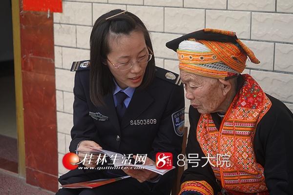 【12:00】李昕键副局长针对村民提出的问题,对村民进行一对一辅导