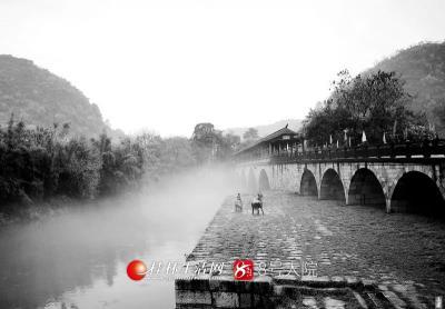 薄薄一层轻纱笼罩着七星公园的花桥,在雾霭中花桥携带着中国水墨画的气息扑面而来。(图/善者 摄)