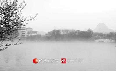 漓江上或浓或淡的水雾,若轻烟般升腾飘散,似给漓江穿上了一件洁白的婚纱。(图/善者 摄)