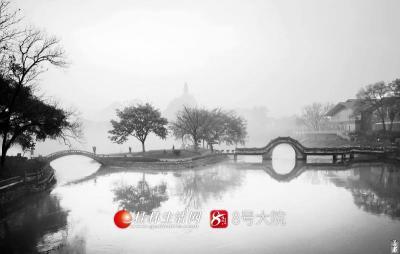 山峰的隐现、水镜的倒影,烟雨的点缀,映衬出最美的桂林山水画卷。(图/善者 摄)