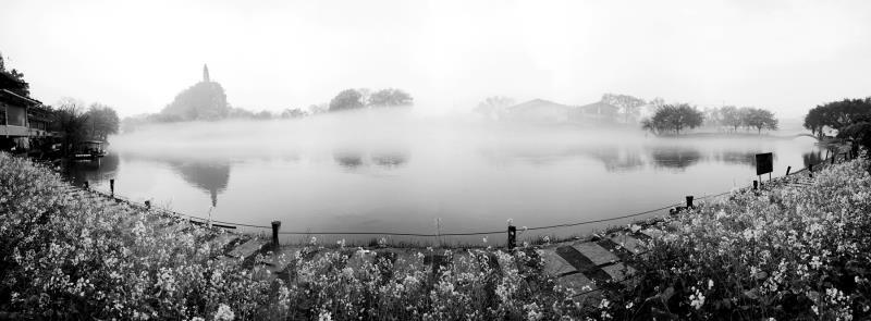 被浓雾包裹的桂林城,隐隐约约,如梦如幻,没有最美,只有更美,烟雨漓江,令人心生荡漾。(图/善者 摄)