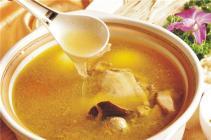清明前后试做田艾娘酒炖母鸡汤