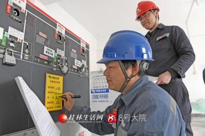 南方电网澳门新濠天地平台桂林供电局保电人员对关键保电设备进行重点备注。莫晓姣摄