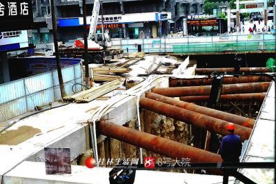 当天看见工人们正在现场施工。地下通道施工给市民出行带来一定的不便捷, 地下通道建设完工成为众多市民迫切的希望