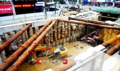 工人正在编织、焊接钢筋,地下主通道长65.6米,宽6.0米,高4.3米初具工程形象