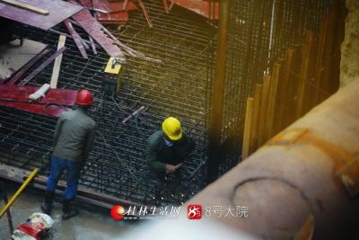 工人们在已经完成高压旋喷桩855根,旋挖支护桩112根,?#30452;?#26725;107.3吨安装上进行焊接工作