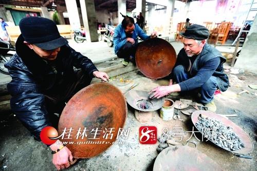 杜述荣烧熔铁块准备补锅。