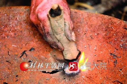 将烧熔的铁水补到铁锅破烂处。