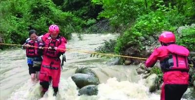 河水上涨山路被淹,4人被困
