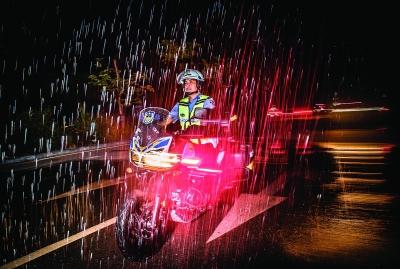 紧急出动的队员冒雨前行。