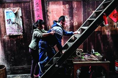 杨永胜很多动作都需要梁国玲帮忙。